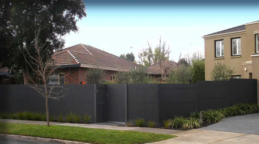 Contemporary fence in slim line pickets with a Straight Top Configuration and Gate with a driveway return